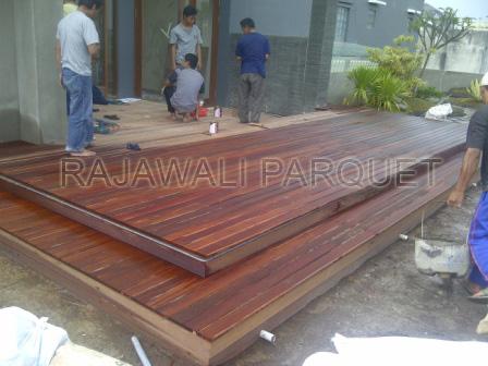 pemasangan decking kayu Ulin