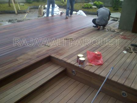 pemasangan lantai Decking Kayu Ulin