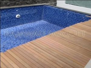 lantai kayu ulin di halaman