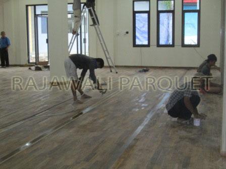 Proses finishing lantai parket Jati murah