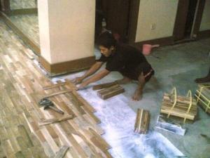 proses pemasangan lantai kayu parket