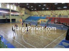 lantai kayu terpasang dilapang basket