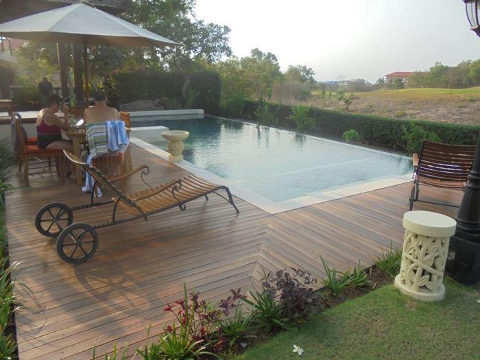 decking kayu kolam berenang