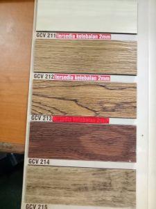 Lantai vinyl bermotif kayu oak