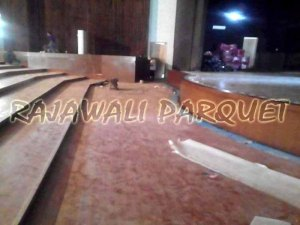 pemasangan lantai kayu di auditorium adalah pilihan yang sangat cocok sekali